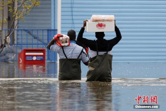 当地时间5月4日,加拿大魁北克加蒂诺遭遇洪水袭击,过膝的大水给当地民众的生活带来不便。