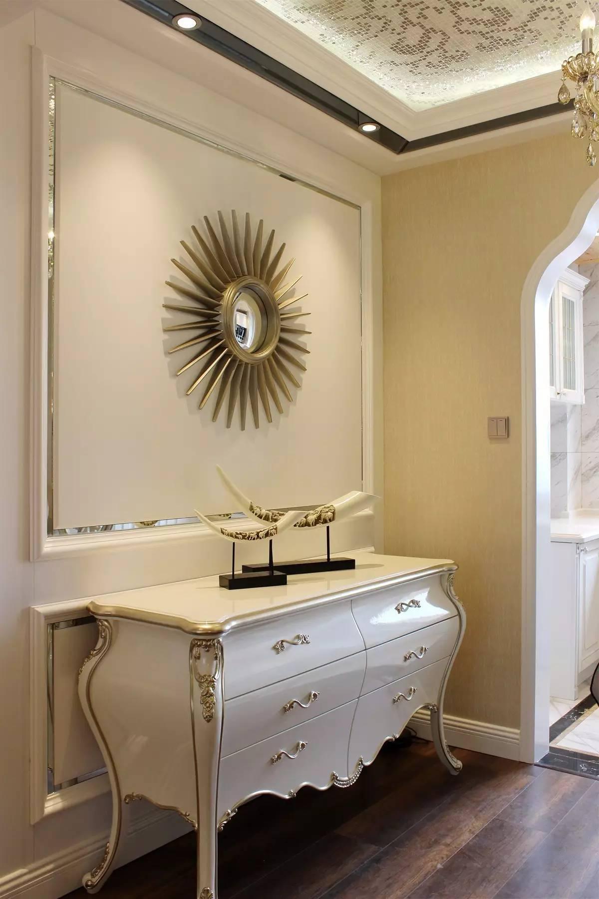 厨房以简约欧式的格调装修,而吊顶的木质感则是选择防水的桑拿板