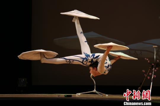 图为陆晓婕表演杂技柔术《荷花飘香》。 尹法根 摄