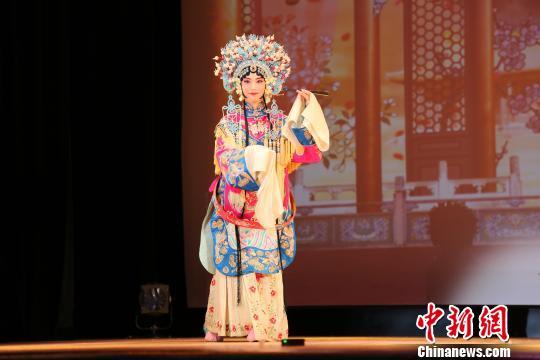 图为毛雨薇表演京剧《贵妃醉酒》选段。 尹法根 摄