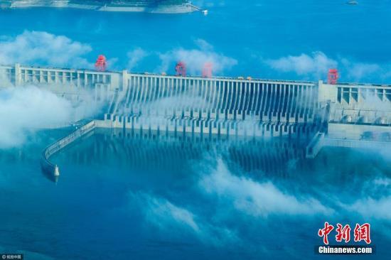2017年5月12日,湖北宜昌,雨过天晴,三峡工程晨雾缭绕,雄伟的大坝在云雾中若隐若现,呈现出美仑美奂的动人景象。时下,三峡水库正处于消落期。当天上午,受长江上游强降雨影响,入库流量15000立方米每秒,出库流量18200立方米每秒,比入库流量大于3200立方米每秒. 确保今年6月10日前,三峡水库消落至146米左右的防洪限制水位。 文振效 摄 图片来源:视觉中国