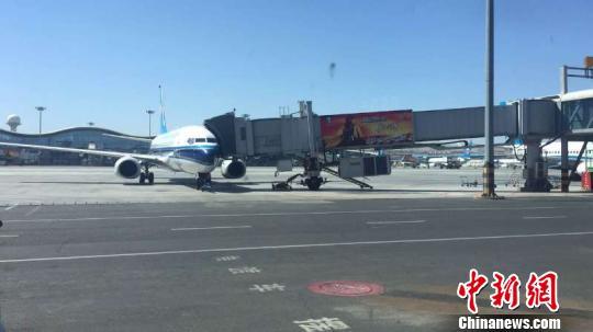 图为乌鲁木齐机场的航班. 戎睿 摄