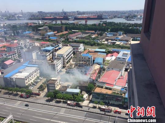 截至11时许,现场明火已被扑灭,火灾未造成人员伤亡。 网友供图 王子涛 摄