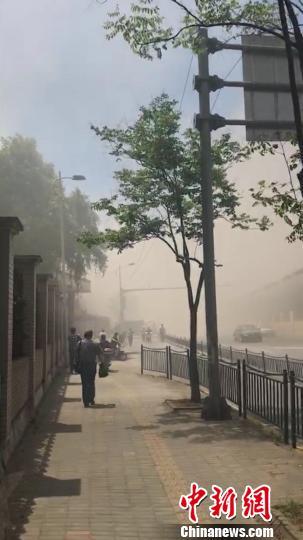 火势最大时附近的能见度只有十几米,对周边的交通也产生了严重的影响。 网友供图 王子涛 摄