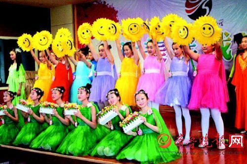 济南:小学生演舞台剧图片