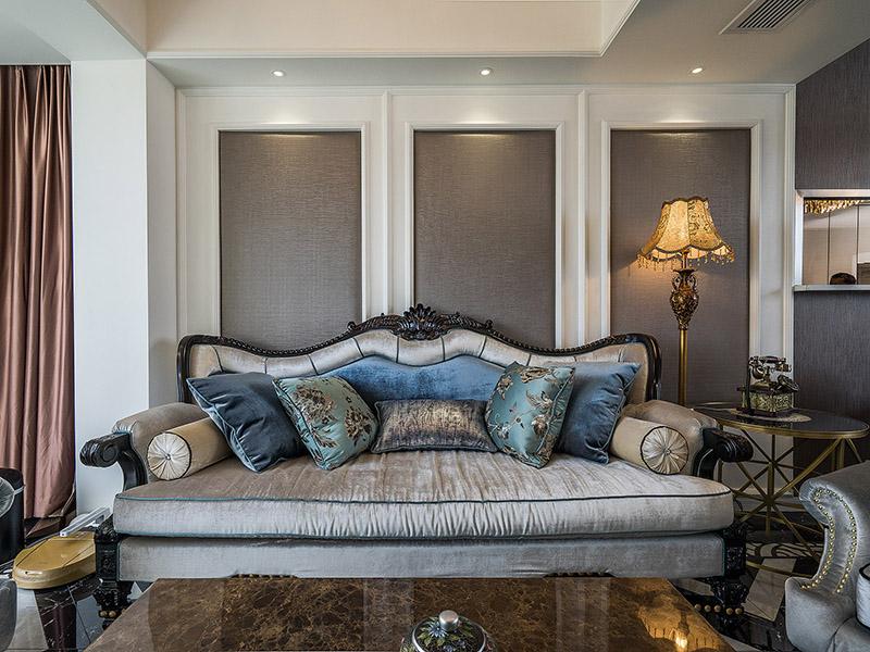 98现代欧式,在硬装材料上大量采用大理石和墙纸,而客厅沙发墙则使用了白色木墙板软包的造型,显得比较奢华又雅致,此案例中,最大的亮点要数卧室的大飘窗,这么大的飘窗看起来就像是一个房间,做成了一个女主人热爱的化妆间,很有情调又实用, 是正真的做到把飘窗利用起来了。