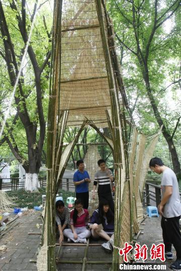 图为参赛队伍用竹条板搭建的建筑。 钟欣 摄