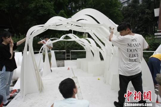 图为参赛队伍用PP板搭建的建筑。 钟欣 摄