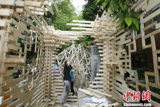 """图为木板搭建成的""""魔幻建筑""""。 钟欣 摄"""
