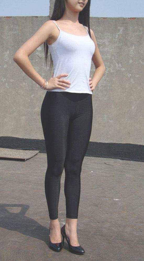 健身美女紧身裤出街,凹凸身材也是吸睛