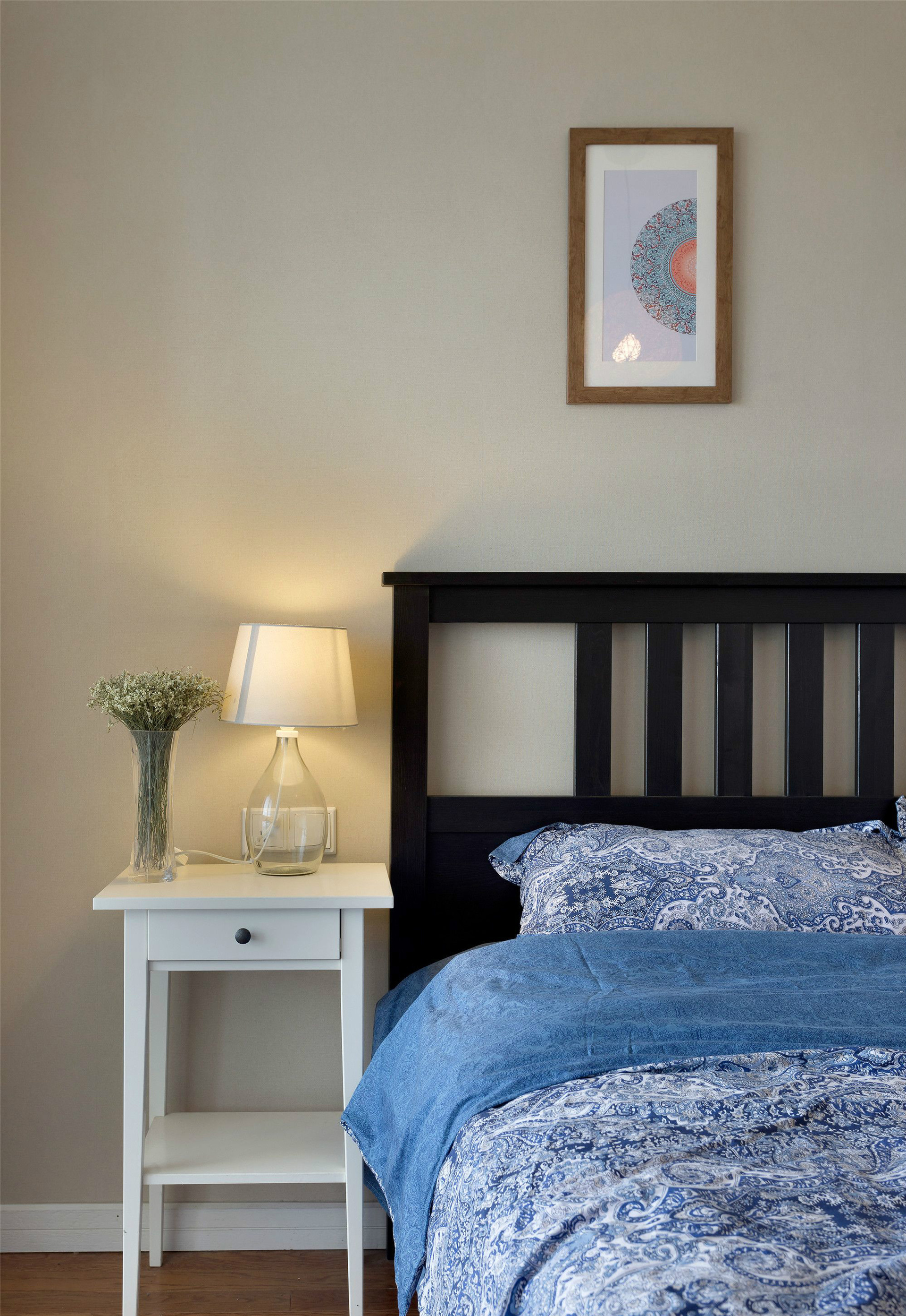 而次卧则在床头背景墙贴上北欧意境的墙纸,搭配亮色的床单,还有窗边的