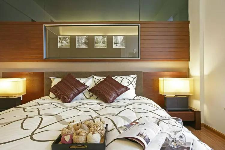 ▼主卧,床头背景墙采用多种材料结合,底部是乳胶漆,中间部分是木条