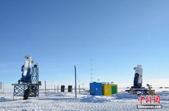 """资料图:在深入南极内陆、自然环境恶劣的昆仑站,中国科学家对架设在这里的望远镜改造""""升级"""",加装""""吹风机""""和""""千里眼""""。杨世海 摄"""