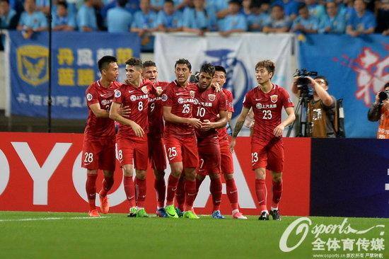 2017年5月24日,2017年亚冠1/8决赛首回合:上海上港2:1胜江苏苏宁。图为上港队员庆祝进球。
