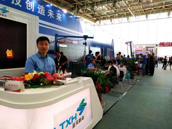 中国玻璃展盛大开幕 蓝天新海超大版玻璃涂胶机惊艳全场