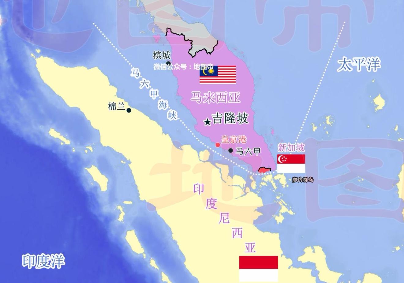 一、马六甲海峡那么长,为何只有新加坡繁荣了? 新加坡位置在马来半岛南部、马六甲海峡东南部,是一个岛屿,面积716.1平方公里,约在中国第三大岛崇明岛和第四大岛舟山岛之间,大概是香港的2/3强。 图:新加坡位置  马六甲海峡货物进出量,是苏伊士运河的3倍,巴拿马运河的5倍,堪称世界第一海峡。 很多人都有这个疑问:马六甲海峡超过1000公里,为何占据海峡大部分地区的马来西亚、印度尼西亚没有一个港口繁荣起来,唯独新加坡成了世界第一中转站,人均GDP常年位居世界前几位? 马六甲海峡是西北东南走向的一个海峡,西侧的
