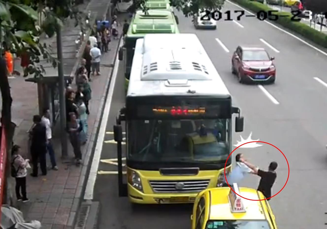 重庆一的哥占用公交车站 与公交司机当街扭打