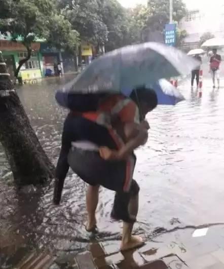 校长雨中背学生遭质疑 家长力挺:不用管想多了万达娱乐