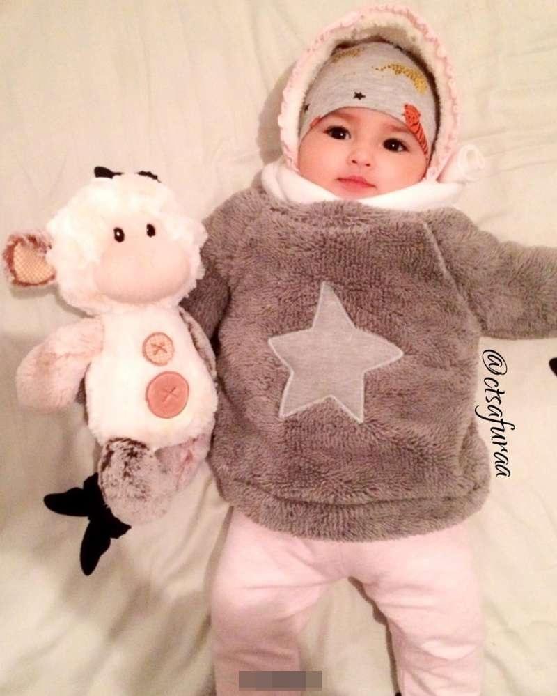 美得像洋娃娃一样的可爱宝宝,吸引了无数人的目光