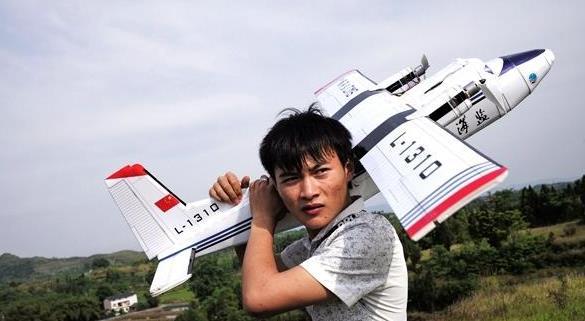 厉害!重庆小伙自学造飞机