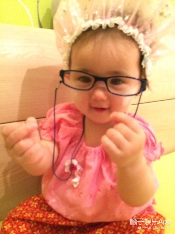 流量不多的小橘子看这里 视频的内容是一个妈妈给自己的宝宝清理鼻腔,太恶心的动图橘子君就不放了。。。  估计你会问,这么重口味的视频有啥好看的啊?主要是因为这个小宝宝太萌了!!!  她的整张脸圆圆的,眼睛又特别大,可以说这是一张萌娃界的网红脸了。 而且你们发现没,这个小姑娘长得和奥莉,还有贾静雯家的小咘咘有些神似。  果然可爱的宝宝长得都是一样~  看到她对着镜头笑,橘子君真的好想把她偷回家!  报告,这里有人故意卖萌!!  作为一个看到萌娃就走不动道的怪阿姨,橘子君替你们扒到了这个小姑娘的Facebook