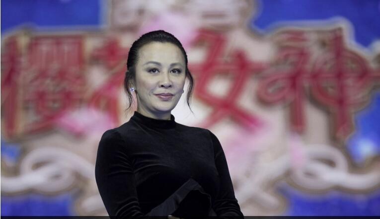 刘嘉玲换了个新发型,网友:这发型够我笑到明年了!