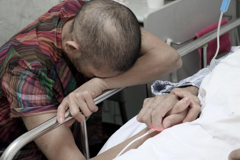 妻子照顾昏迷丈夫 暴瘦30斤头发掉光图片