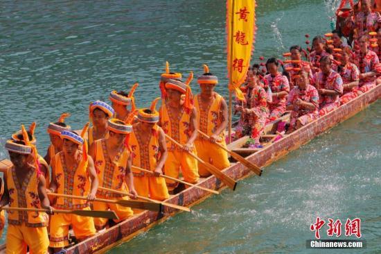 端午节期间,贵州省黔东南州镇远县举行第三十四届传统龙舟文化节。不同颜色的彩龙,戏剧船、人物船、造型船、故事船等一起在舞阳河上有序的进行展示。韩旭 摄