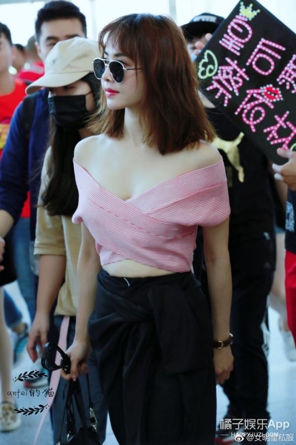 蔡依林机场秀身材,粉色露肩装性感又清新!