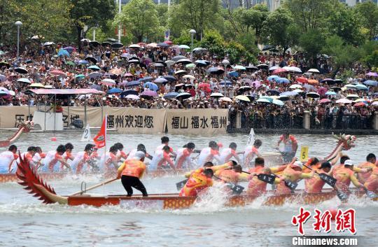 日,2017年中华龙舟大赛(福建?福州站)吸引了众多市民前来观看