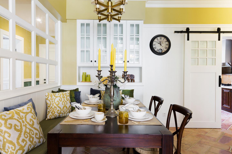 为了节省空间,餐厅以卡座式的餐桌椅;卡座后的墙面做了个室内窗户来