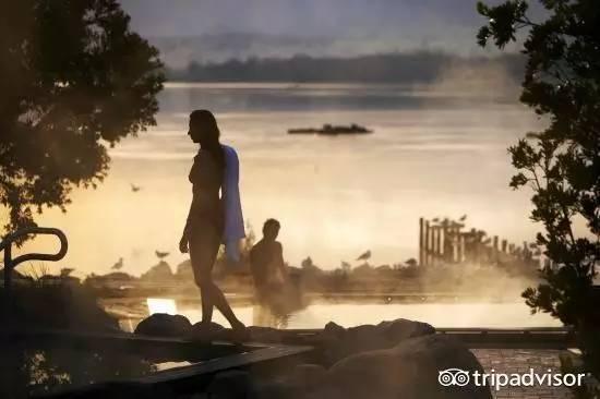 小船去参观汤姆·汉克斯拍摄电影《荒岛余生》的小岛