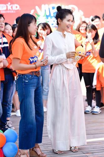 VIPKID创始人兼CEO米雯娟正在邀请刘涛加入即将开始的儿童节欢乐聚会