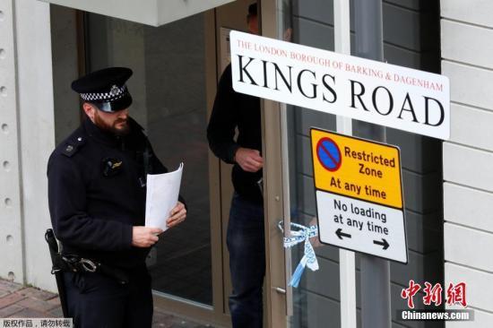 伦敦警察局局长助理、英国资深反恐专家马克・罗利表示,警方目前正在进一步调查袭击者的个人资料和社交关系,重点调查他们发动袭击是否得到其他人的协助。图为一名警察在被搜查的房子外。