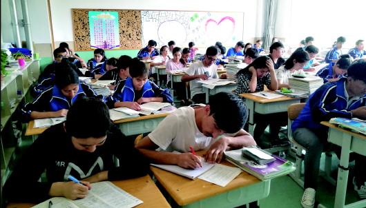 崂山二中百名新疆生今赴高考考场 难舍青岛情