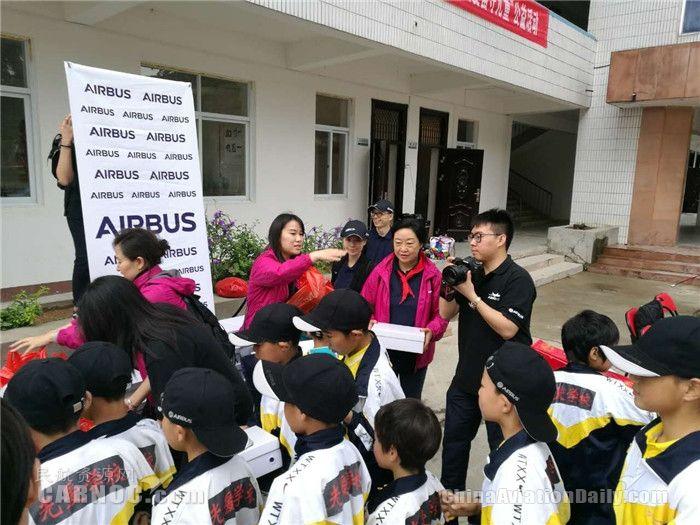 6月5日,空中客车中国公司的员工代表走进大别山光爱学校