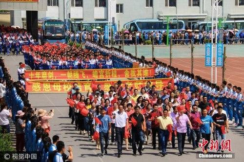 资料图:2017年6月5日,辽宁丹东,古镇大孤山迎来了第二十二个送考节。图片来源:视觉中国