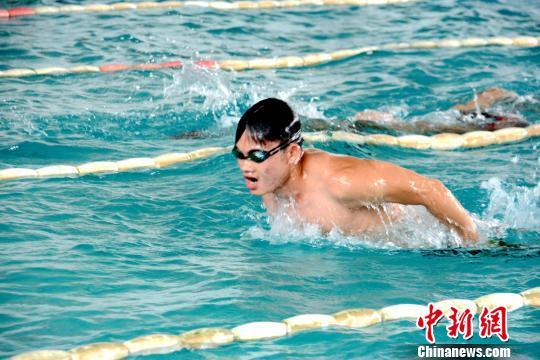 运动员出水换气。
