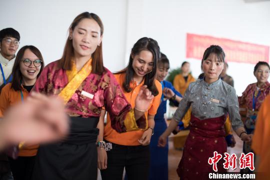 图为6月9日,香港青少年代表团成员与西藏藏医学院学生共跳锅庄。 何蓬磊 摄