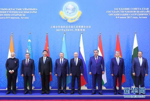 6月9日,上海合作组织成员国元首理事会第十七次会议在哈萨克斯坦首都阿斯塔纳举行。会议正式给予印度、巴基斯坦上海合作组织成员国地位。这是国家主席习近平同其他成员国元首、印度总理、巴基斯坦总理集体合影。新华社记者 马占成 摄