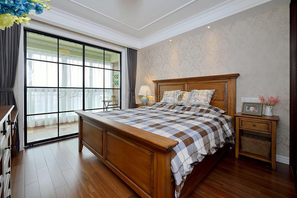 床头旁边的床头柜摆上一个禅意精致的台灯,旁边就是大面积的落地窗,为