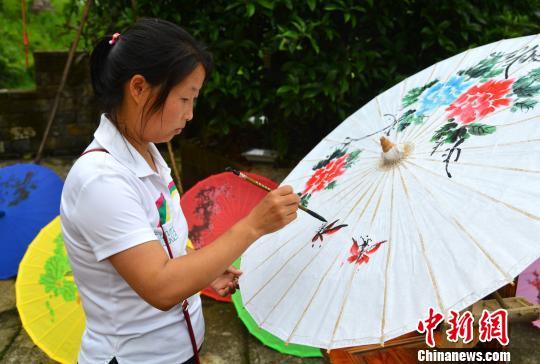 6月10日是中国首个文化和自然遗产日,进行婺源是艺术家和手艺人现场展示了来自本地的傩舞、徽剧、油纸伞制作技艺、砖雕等非遗项目。 程新德 摄
