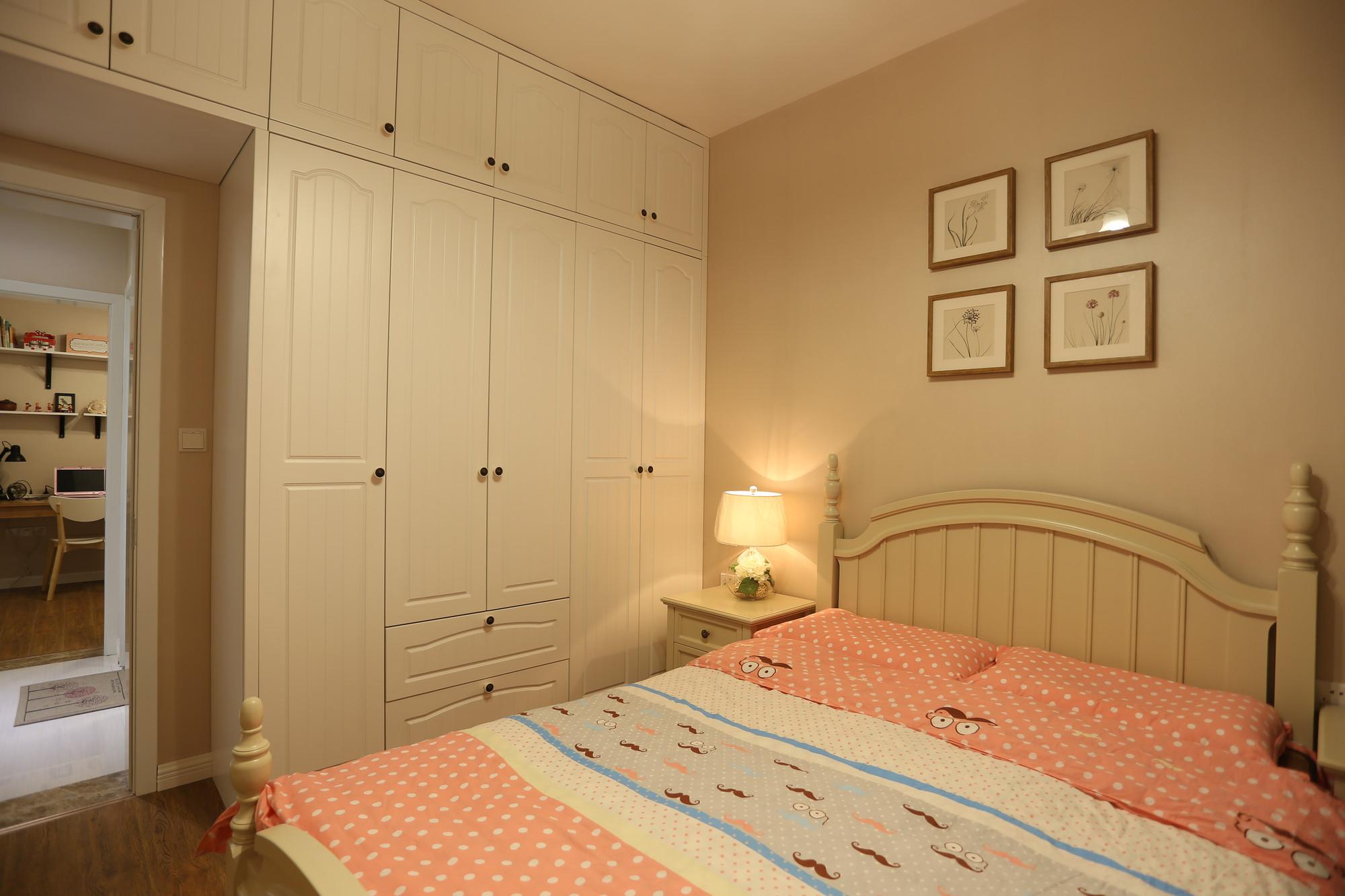 床尾摆上一个大衣柜,同时靠着衣柜左边摆上一个书桌,整体布置舒适又