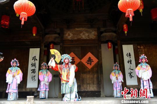 在江西省婺源县紫阳镇,艺术家和手艺人现场展示了来自本地的傩舞、徽剧、油纸伞制作技艺、砖雕等非遗项目。 程新德 摄