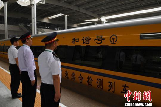 资料图。6月2日,随着一列动车检测车从宝鸡南站驶出,标志着中国首条贯通丝绸之路经济带的高铁――宝(宝鸡)兰(兰州)高铁进入全线拉通试验阶段。 杨艳敏摄
