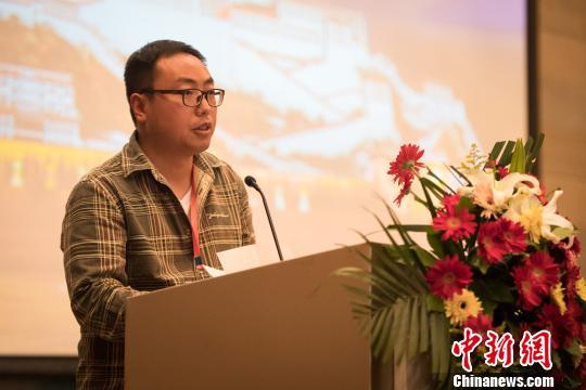 西藏日喀则市亚东县旅游局局长乔志峰介绍亚东旅游发展 何蓬磊 摄