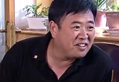 15岁丧父家境贫寒,他被赵本山捧红,娶小31岁娇妻