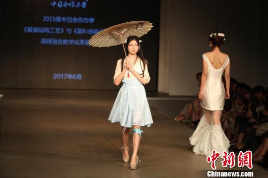 (图稿)武汉一高校服装设计t台秀 融合中日文化元素