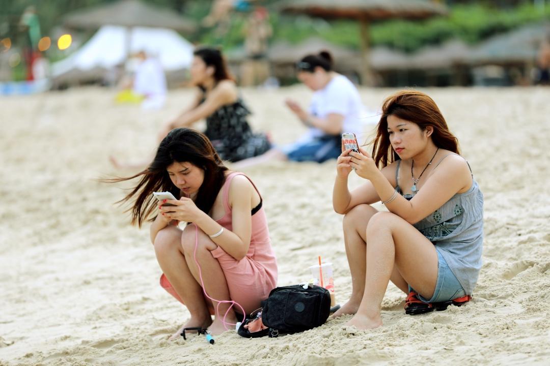 夏日里的亚龙湾沙滩被她们当作拍写真的最佳之选