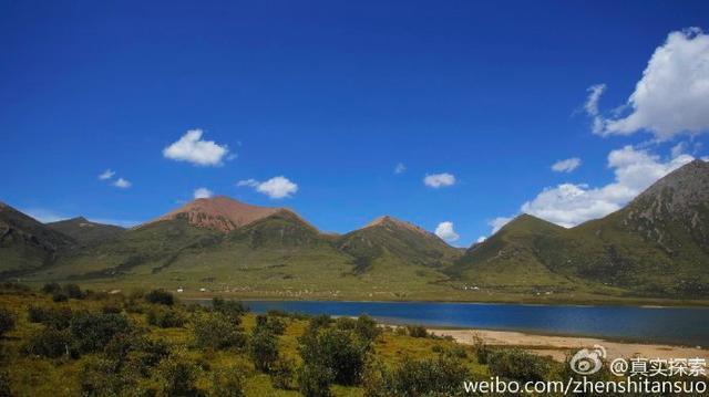 航拍巴颜喀拉山2:青海省果洛藏族自治州久治县年保玉则文措湖